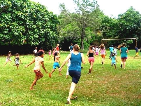Lena mit Schülern beim Fußballspielen