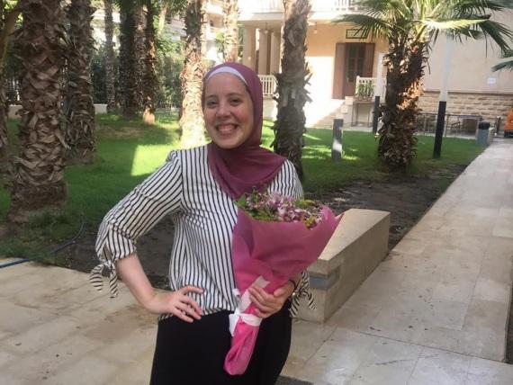 Alaa mit einem Blumenstrauß in der Hand