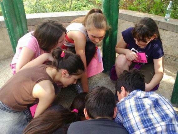 Selina Vogel mit Schülern und Schülerinnen