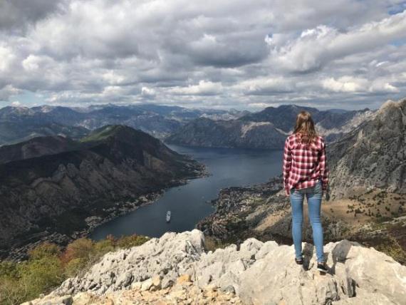 Annchristin blickt über ein Bergpanorama