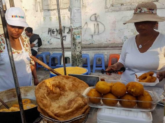 Kochende Frauen auf einem Markt in Peru
